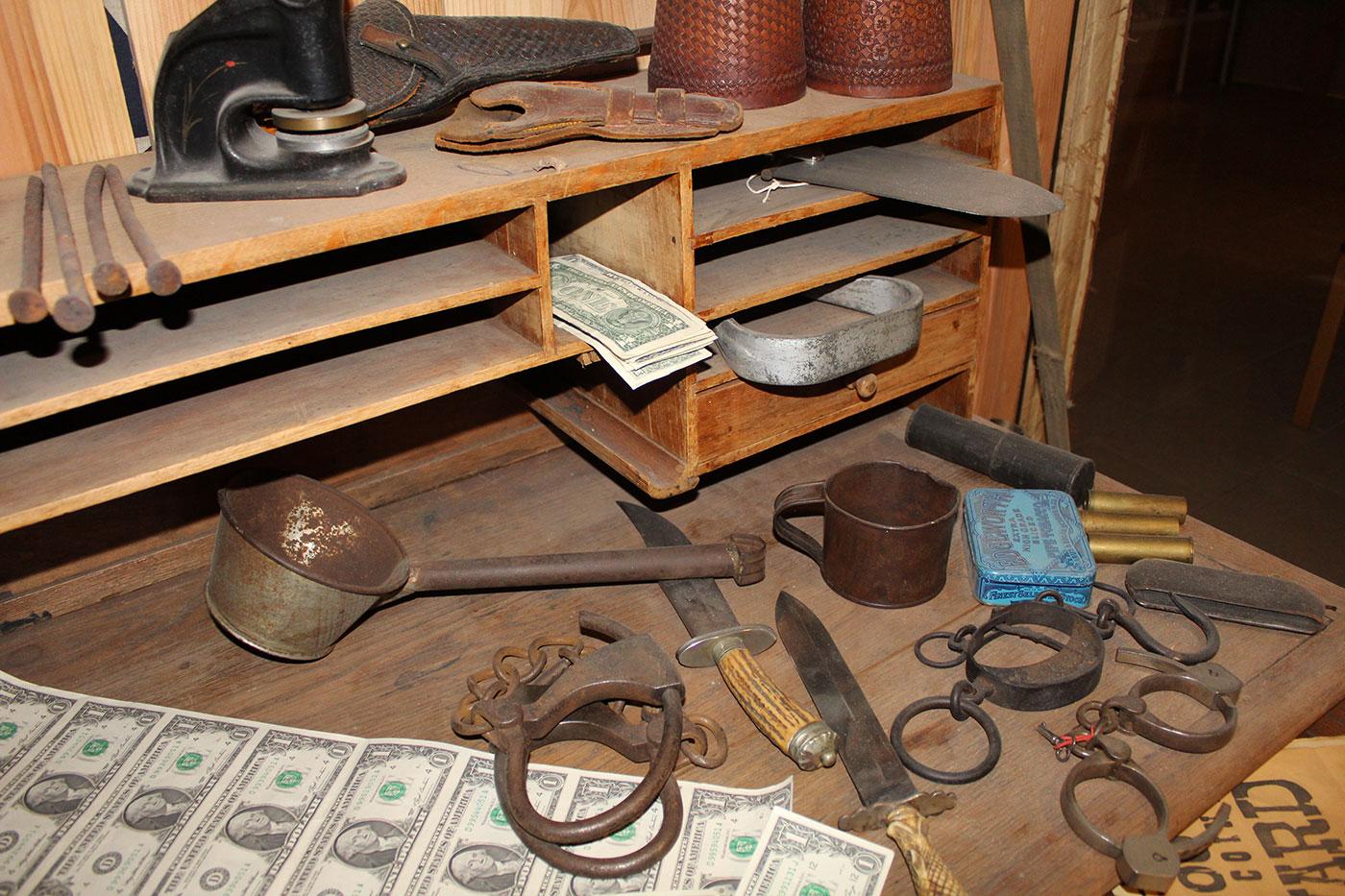 """Sheriffens skrivebord med """"nytrykte"""" dollarsedler"""